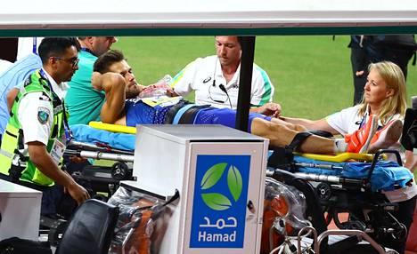 Magnus Kirt kuljetettiin paareilla heittopaikalta pois.