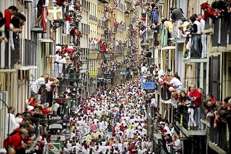 Taas mennään. Kyseessä on San Ferminin festivaalin viides härkäjuoksu, jossa osallistujat juoksevat härkien edellä Pamplonan kaupungin kapeita katuja Espanjassa. Festivaali on espanjalaisen kulttuurin symboli, mikä houkuttelee paikalle tuhansia turisteja, vaikka moni eläinsuojelujärjestö onkin vastustanut tapahtumaa. Sarvipäiden haastajista lähes puolet on ulkomaalaisia, eniten Britanniasta, Australiasta ja Yhdysvalloista. Vaarallisessa tapahtumassa sattuu yleensä useita loukkaantumisia.