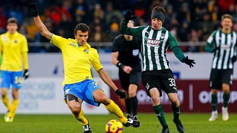 Roman Eremenko (vas.) pelasi Rostovin paidassa keväällä yhdeksän Venäjän liigan ottelua ja teki niissä kolme maalia.