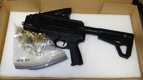 Etsinnän yhteydessä löydettiin toimintakuntoisia konepistooleita äänieristetystä tilasta, jonka Tulli epäilee olleen käytössä ampumaratana aseiden testaukseen.