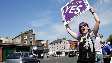 Yli 168000 irlantilaista naista matkusti vuosina 1980–2016 Englantiin ja Walesiin tekemään abortin. Lainsäädännön höllennystä toivovat toivovat, että abortin voi jatkossa tehdä turvallisesti ja laillisesti myös Irlannissa.