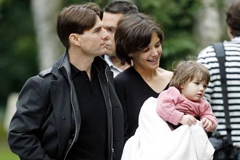 Holmes ja Cruise kuvattuna Suri-tyttärensä kanssa vuonna 2007.