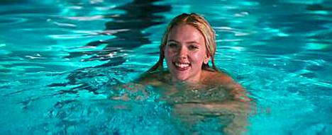 Scarlett Johansson ui uudessa elokuvassaan.