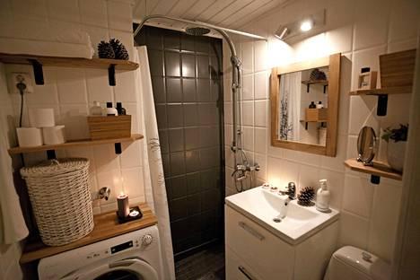 Pikku kylpyhuoneen yleisilme on nyt ylellinen. Sadesuihku on arjen luksusta, jonka voi löytää yllättävän halvalla (89 euroa).