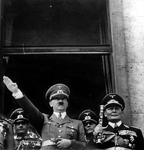 Adolf Hitler olisi halunnut alistaa britit rauhaan ilman maihinnousua. Operaatio kuivui kasaan muun muassa siksi, ettei Hermann Göringin (oik.) komentama Luftwaffe kyennyt saavuttamaan ilmaherruutta.