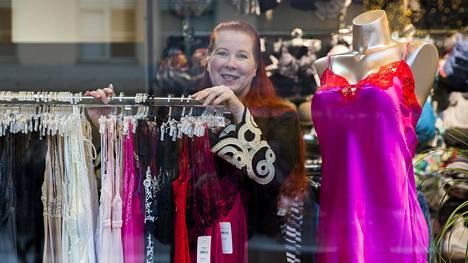 Saara Salmenkallio Funky Ladyn Forumin myymälässä.