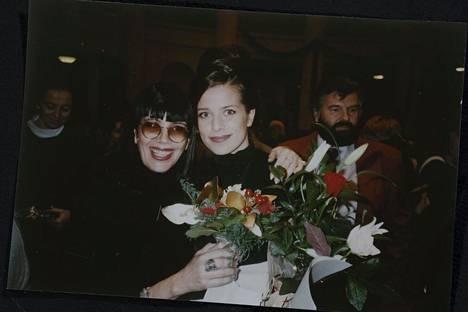 """Vuosi 1995. """"Valmistuin teologian maisteriksi. Äitini Roswitha Möhring onnittelemassa."""""""