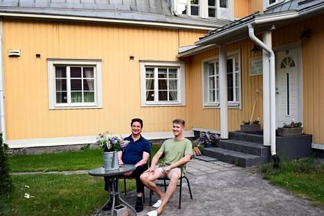 Timo ja Aleksi Nurmi nauttivat kesäillasta Salpalinjan hovin pihalla. Vanha koulu on rakennettu 1926 ja se lakkautettiin 2012.