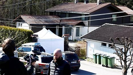 Pariskunnan koti sijaitsee Lørenskogissa Oslon lähettyvillä. Tom Hagenin pidätyksen jälkeen talo kiinnosti poliiseja ja mediaa.