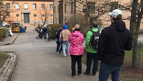 Tältä näytti Torkkelinmäen munkkijono vappuaattona.