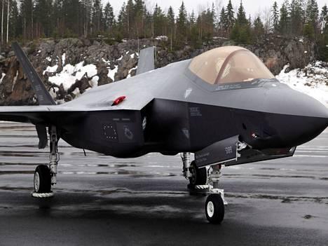 F-35A värjöttelee Pirkkalan kentän pakkasessa helmikuussa 2020.