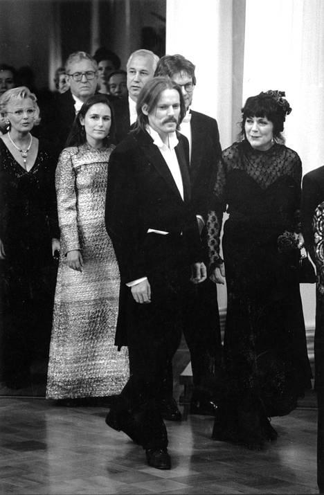 Arto Melleri saapui Linnaan vuonna 1992 kumppaninsa Nadja Pyykön kanssa. Mellerin visiitti jäi lyhyeksi, sillä hän oli niin tukevassa humalassa presidentti Mauno Koivistoa kätellessään, että hänet ohjattiin heti takaoven kautta ulos.