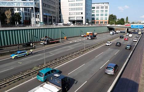 Berliinin merkittävimpiin valtaväyliin lukeutuva A100-moottoritie jouduttiin pitämään suljettuna liikenteeltä keskiviikon puolelle saakka.