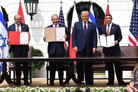 Bahrainin ulkoministeri Abdullatif al-Zayani, Israelin pääministeri Benjamin Netanjahu, Yhdysvaltain presidentti Donald Trump ja Yhdystyneiden Arabiemiirikuntien Abdullah bin Zayed Al-Nahyan rauhansopimusten allekirjoitustilaisuudessa 15. syyskuuta.