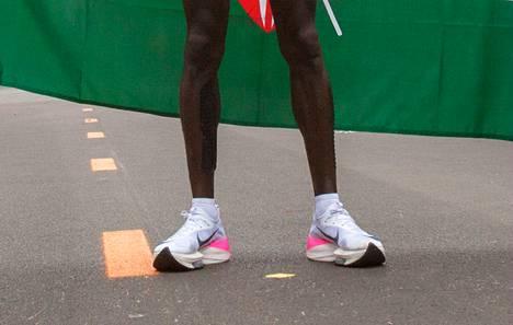 Nike Alphafly -kenkiin on piilotettu kolme hiilikuitulevyä, jotka varaavat juoksijan askeleiden tuottamaa energiaa.