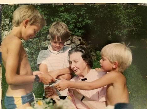 Karin Stolpe lastenlastensa kanssa.