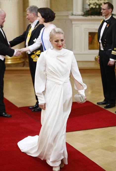 Anna Perhon veistoksellinen valkoinen puku oli elegantti.
