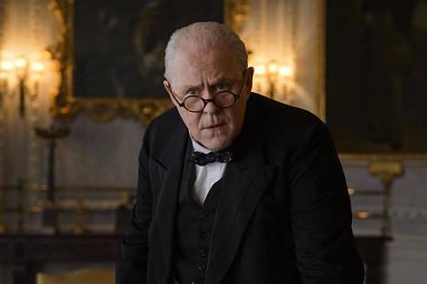 The Crownissa Churchill (John Lithgow) on jo vanha mies. On kerrottu, että sota-ajan jälkeen pääministerin tehtävät tuntuivat miehestä osin kuivakoilta.