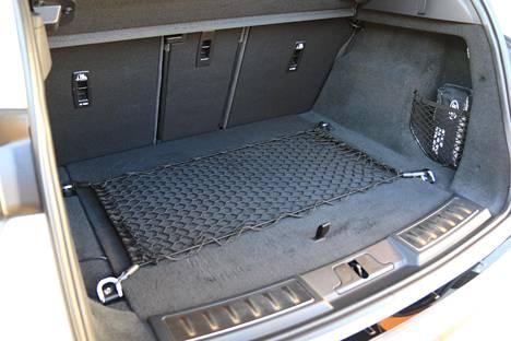 Land Rover ilmoittaa Evoquen tavaratilan kooksi 591 litraa. Tämä mitta on kuitenkin – toisin kuin kilpailijoilla – kattoon asti. Oikea lukema on vajaat 500 litraa, mikä sekään ei ole huono.