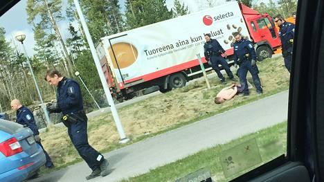 Poliisi otti pelkissä alushousuissa häiriköineen miehen kiinni Espoossa.