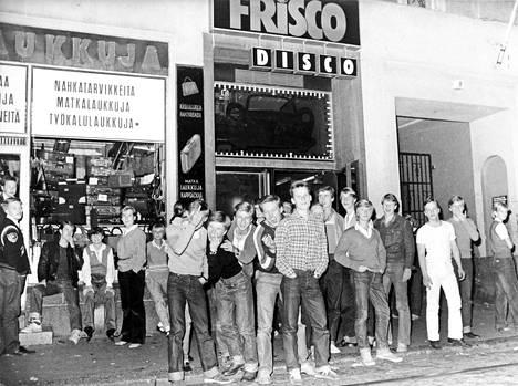 """Kaikki eivät mahtuneet sisään Iso Roobertinkadulle avattuun uuteen diskoon syksyllä 1979. """"Lähiseudun ihmiset, mm. erittäin vihainen talonmies, käyttivät nuorisonvastaisia puheenvuoroja. Nuoret käyttätyivät asiallisesti poliisin mielestä"""", kertoi HS:n kuvateksti."""