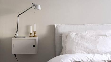 Maalaamalla vanhan, puisen viinilaatikon ja kiinnittämällä sen seinään, saa kevyen, mutta käytännöllisen yöpöydän.