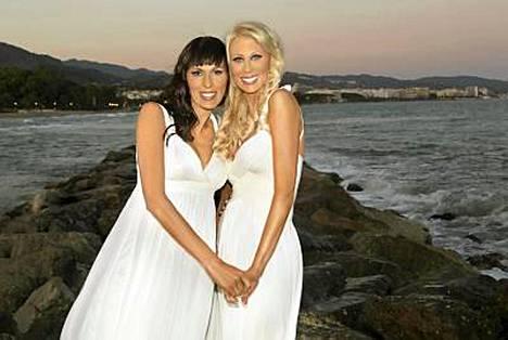 Miljonääriäiti Nina Grekin (vas.) solmi eilen avioliiton kihlattunsa kanssa.