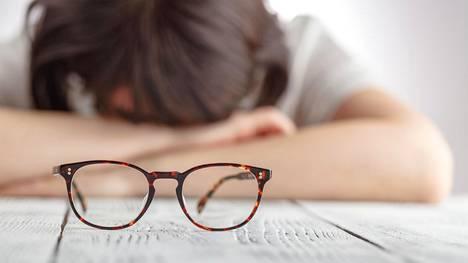 """Tunnista salakavalat kilpirauhasoireet – """"Väsymys voi olla niin kova, ettei työpäivän jälkeen jaksa kuin maata sohvalla"""""""