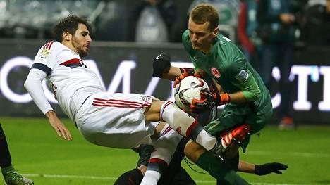 Lukas Hradecky pelasti monta tukalaa tilannetta. Tässä hän ehtii palloon ennen Bayernin Javi Martinezia.