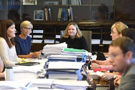 Alkukesästä keskustan ja sinisten edustajat sote-valiokunnassa valittivat puheenjohtaja Krista Kiurun (keskellä) johtamistyylistä eduskunnan puhemiesneuvostolle.