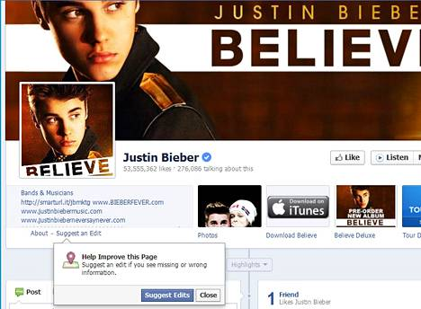 Pienen sinisen ympyrän keskellä oleva oikein-merkki kertoo, että Facebook on tarkastanut profiilin todella kuuluvan aidolle Justin Bieberille.