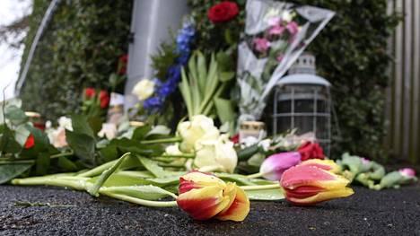 Talon edustalle tuotiin kukkia ja kynttilälyhtyjä torstaina.