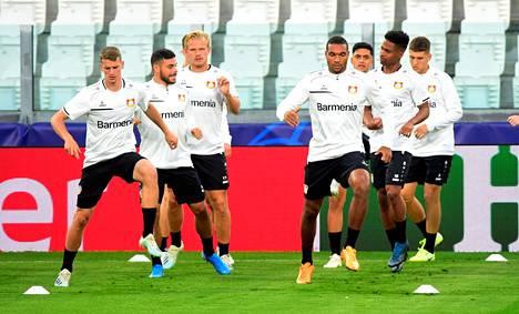 Joel Pohjanpalo (kolmas vasemmalta) harjoitteli muun Leverkusenin joukkueen kanssa Torinossa ennen Mestarien liigan ottelua Juventusta vastaan.