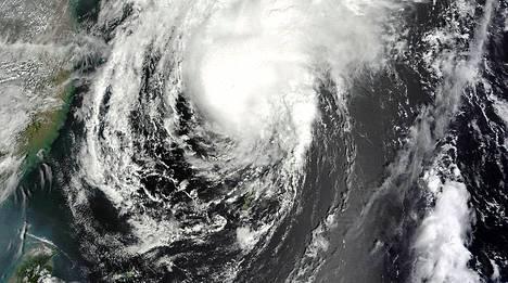 Nasan satelliittikuvassa näkyy Japania lähestyvä Toraji-myrsky.