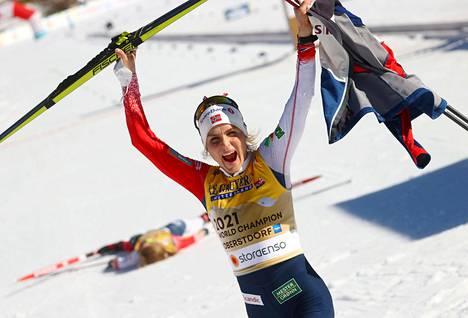 Therese Johaug oli mykistävän ylivoimainen tiistain 10 kilometrin kilpailussa.