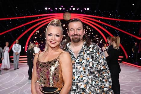 Ensimmäisenä kilpailun joutuivat jättämään Kari Kanala ja hänen parinsa Claudia Ketonen.