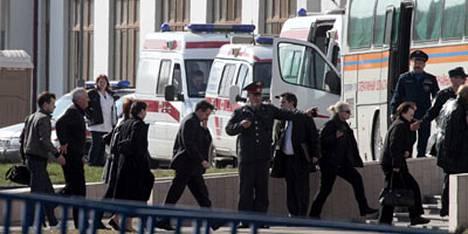 Smolenskin lentoturman uhrien omaisia saapui maanantaina Moskovaan nopeuttamaan onnettomuudessa kuolleiden tunnistamista.