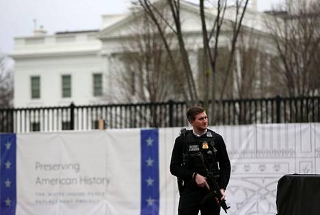 Salaisen palvelun agentti Valkoisen talon ulkopuolella 3. tammikuuta 2020.