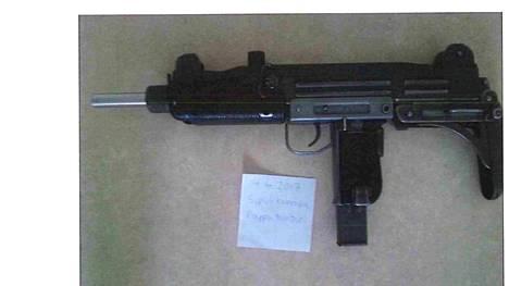Ammattitaitoinen aseseppä oli saattanut myös kuvan Uzin ampumakuntoon.