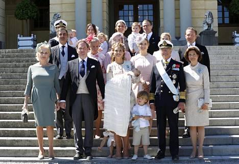 Kuninkaallisen perheen ja kummien potretti ristiäisten jälkeen.