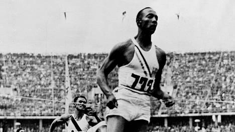 Jesse Owens 100 metrin olympiavoittajana Berliinissä 1936.