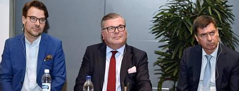 Ville Niinistö (vas.), Ari Lahti (kesk.) ja Mika Aaltonen pyrkivät Palloliiton puheenjohtajiksi.