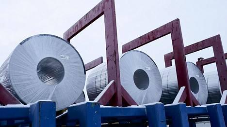 Outokummun Tornion tehtaan tuottamaa ruostumatonta terästä valmiina toimitettavaksi.