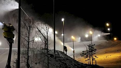 Lumitykit pauhaavat Pyhällä yötä päivää.