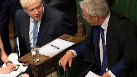 Pääministeri Boris Johnson keskusteli parlamentin alahuoneen puhemiehen John Bercow'n kanssa heinäkuun lopulla parlamentin istunnossa.