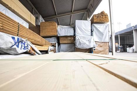Kesän rakennuskaudella lautatavaraa kuluu terasseihin ja muuhun piharakentamiseen.