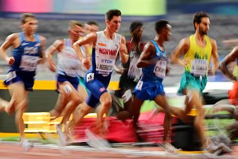 Miesten 5000 metrillä riitti kuhinaa.