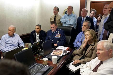 Kuuluisa kuva tilannehuoneesta, jossa Yhdysvaltojen ylin johto seuraa bin Laden -operaation etenemistä.