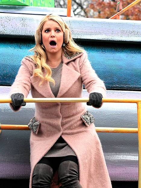 Jessica Simpson säikähti putoavansa paraatiautosta.