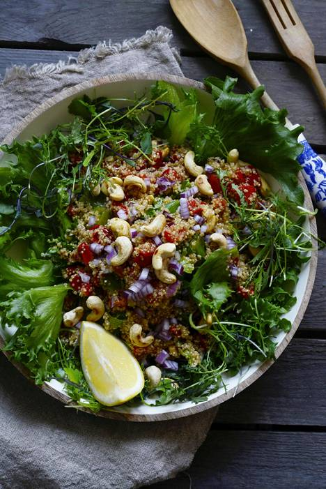 Kvinoassa on valtavasti proteiineja. Salaatin maustaa uunissa paprikoiden kanssa maustunut öljy.